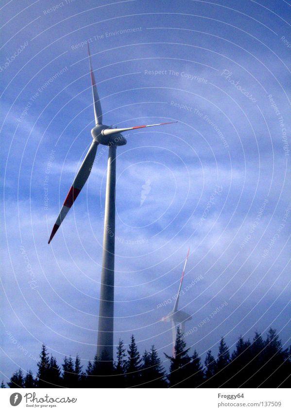 Quirl Himmel weiß blau schwarz Wolken Wald Berge u. Gebirge Wind Wetter Energie Industrie Luftverkehr Technik & Technologie Windkraftanlage alternativ Rotor