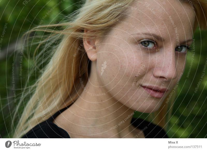 She´s back Farbfoto Porträt Blick Freude Haare & Frisuren Gesicht Junge Frau Jugendliche Erwachsene Auge 18-30 Jahre blond lachen zurück Schlafzimmerblick