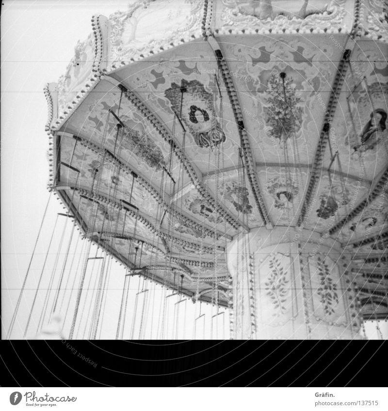 stehender Kreisverkehr Freude Sommer grau stehen Streifen Jahrmarkt Kette Nostalgie Fleck Schwarzweißfoto Dom Oktoberfest Ornament Karussell altmodisch Überbelichtung