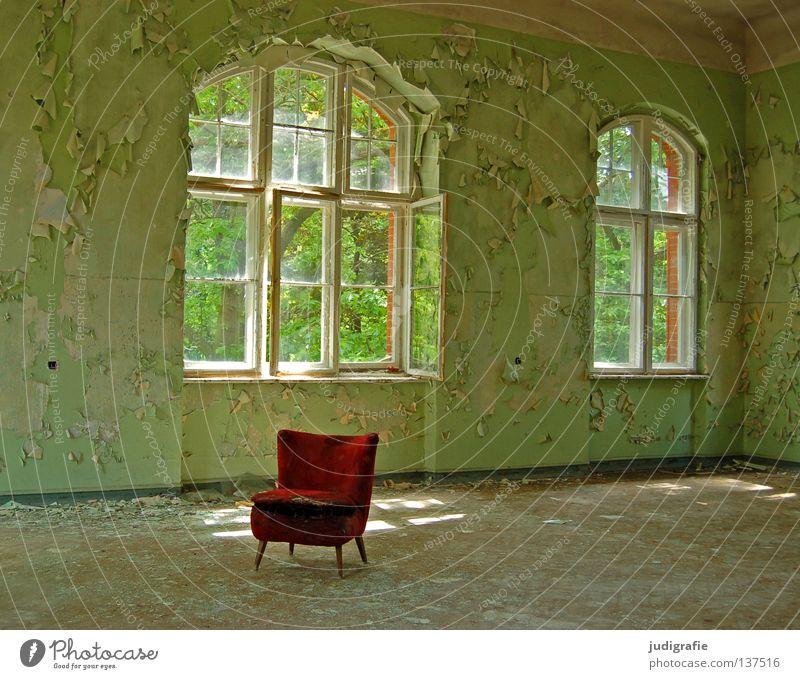 Heilstätte Haus Möbel Sessel Stuhl Raum Ruine Gebäude Fenster alt gruselig kaputt grün rot Einsamkeit Angst Farbe Sitzgelegenheit Putz verfallen Sanatorium