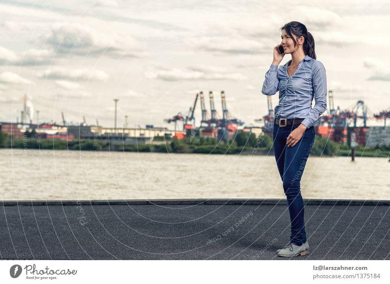Frau Sonne Erwachsene sprechen Business Textfreiraum Telefon Hafen dünn Jeanshose brünett mittleren Alters