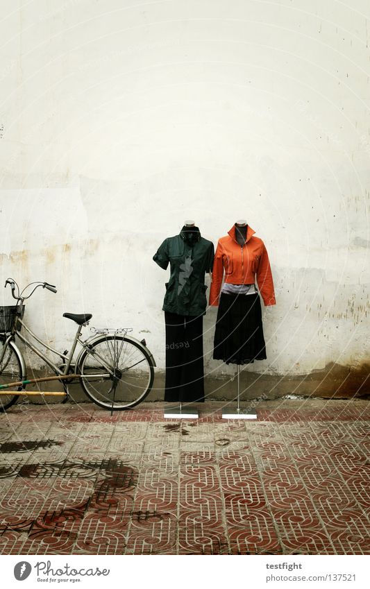 fashion Bekleidung Präsentation Kleid aktuell Jacke Hose Fahrrad Kleiderständer presenter modern Straße modehaus street clothes trousers skirt jacket
