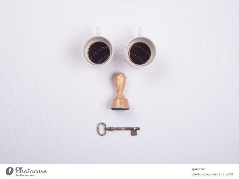 Ok, dann lieber einen schwarzen Kaff' Gesicht Stempel Kreativität Knolling Tasse Kaffee Schlüssel Farbfoto Studioaufnahme
