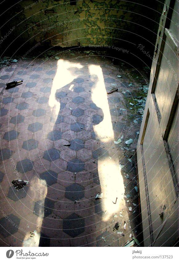 Ins Dunkel Mensch blau grün Einsamkeit Wand hell Raum Tür dreckig Bodenbelag verfallen historisch Fliesen u. Kacheln schäbig Putz