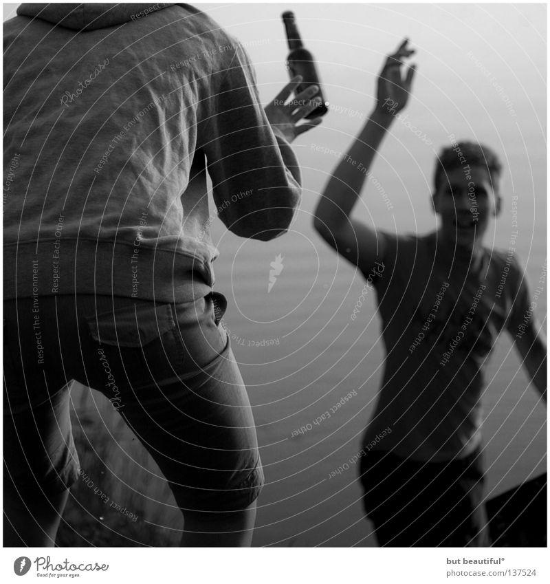 ende offen° Bier Freundschaft fangen See Schwarzweißfoto Vertrauen Sommer Bewegung Wasser Dynamik trinken Die Korken knallen lassen Partystimmung