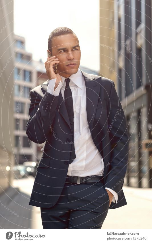 Junger Geschäftsmann, der am Telefon in der Straße spricht Mann Stadt ruhig Erwachsene sprechen Stil Lifestyle Mode Business Erfolg stehen Technik & Technologie