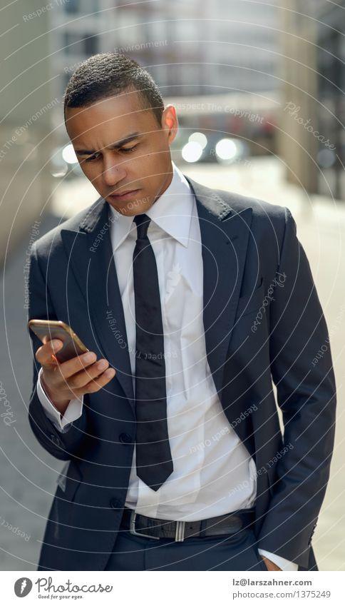 Mann Erwachsene Straße Stil Mode Business modern Erfolg stehen Technik & Technologie lesen Telefon Internet Text Entwurf klug