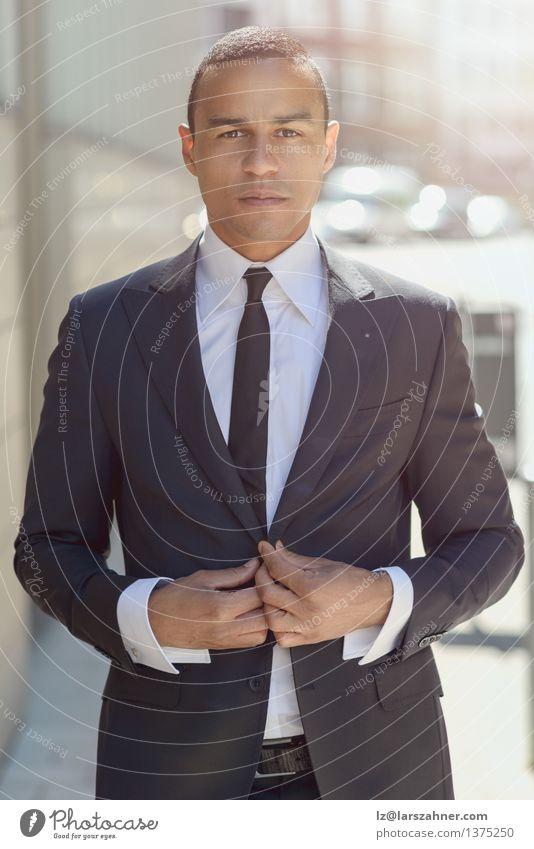 Ernster Geschäftsmann, der seine Jacke justiert Mann Gesicht Erwachsene Straße Stil Mode Business Büro modern Erfolg stehen selbstbewußt Mitarbeiter klug ernst
