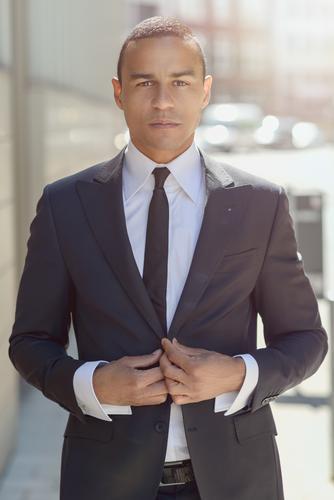 Ernster Geschäftsmann, der seine Jacke justiert Stil Gesicht Erfolg Büro Business Mann Erwachsene Straße Mode Krawatte stehen modern klug selbstbewußt