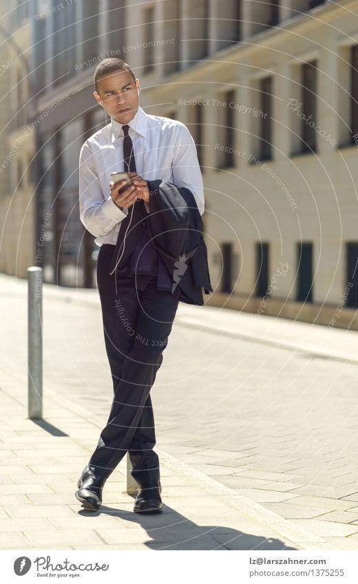 Mann Sommer Erwachsene Business modern Textfreiraum sitzen Technik & Technologie lesen Telefon Information Bürgersteig Anzug Kopfhörer selbstbewußt Mitarbeiter