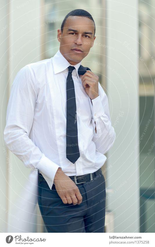 Stilvoller Mann mit seiner Jacke über seiner Schulter Lifestyle Glück Gesicht Sommer Business Erwachsene Hemd Anzug Krawatte lachen stehen selbstbewußt