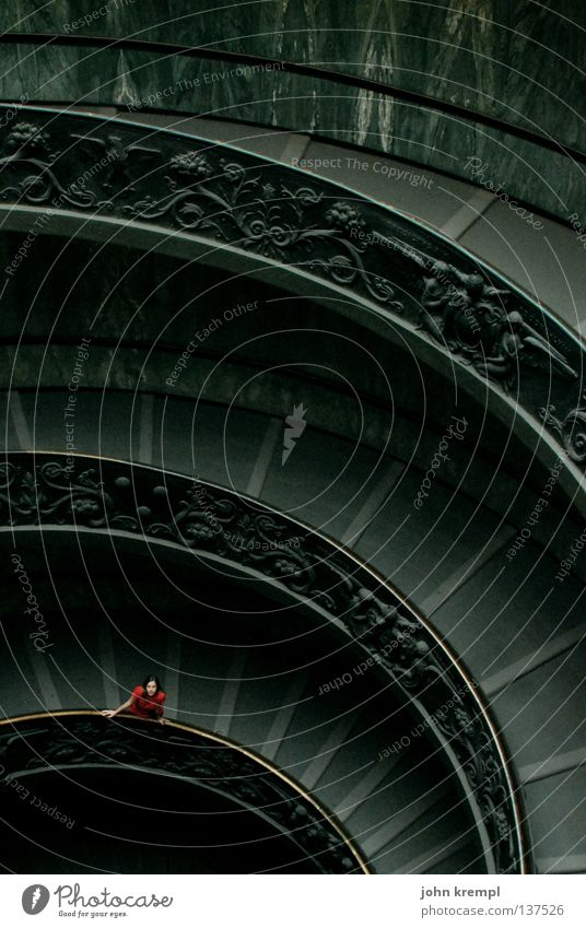 los, komm rutschen! Rom Treppengeländer Vatikan heilig Tempel Vatikanische Museen grün grau rot Frau Wunsch Einsamkeit unten Hoffnung ewige stadt Leiter
