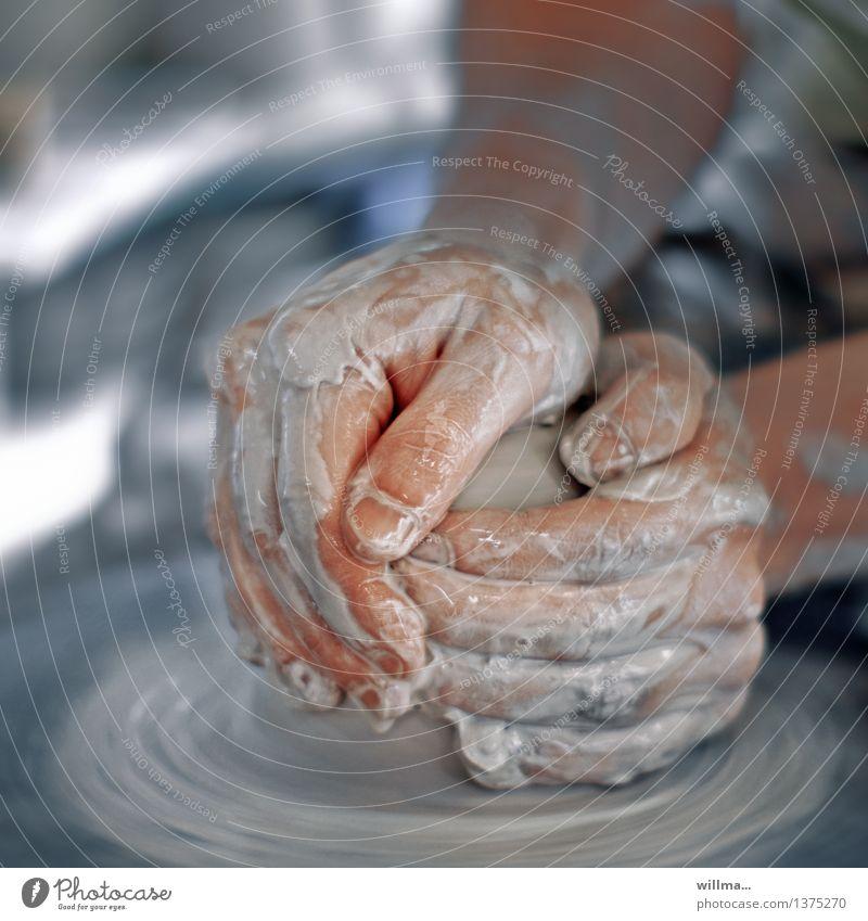 tonkunst Töpfer Kunsthandwerker Töpferei Handwerk Finger Töpferscheibe Ton Arbeit & Erwerbstätigkeit Arbeitsplatz Kreativität gestalten Keramik Geschicklichkeit