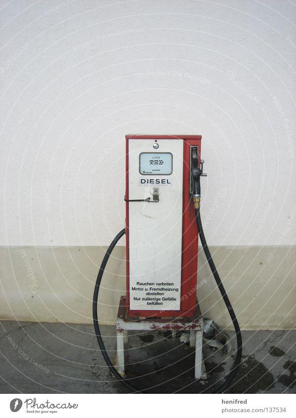 Dieselzeiten Dinge Zapfsäule tanken Tankstelle retro rot Sprit Stil Liter Rauchen verboten Wand ausrüsten Benzin Einsamkeit verschwenden Außenaufnahme