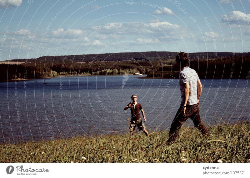 Hin und her Spielen Freizeit & Hobby Frisbee fangen Panorama (Aussicht) Frühling Sommer Freundschaft atmen toben Wolken genießen Erholung See Stausee Wiese