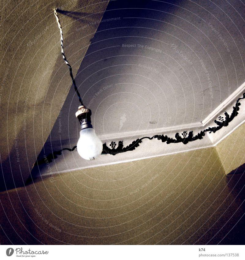 Deckenlicht blau Wand Raum Architektur Elektrizität Ecke Kabel einfach Häusliches Leben Hotel Licht drehen Idee Glühbirne Schraube