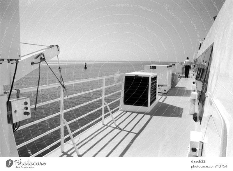 hohe see Fähre Oberdeck Reling Meer Wasserfahrzeug Wellen Schifffahrt Schwarzweißfoto Sonne