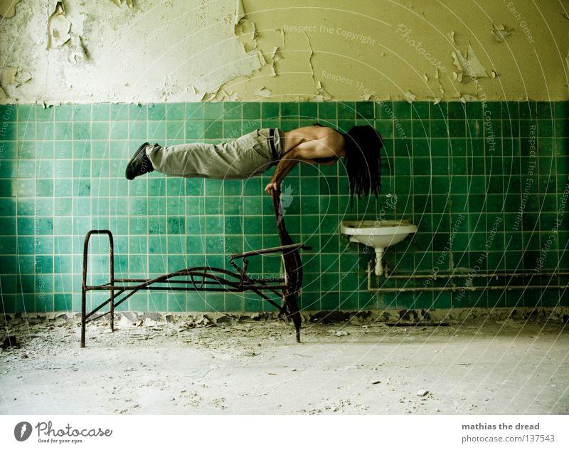INNERE BALANCE BEIM FRÜHSPORT Bett schlafen Liege Sofa Gestell streben Eisen gekrümmt geschwungen unvollendet kaputt Pritsche verrotten veraltet dreckig Staub