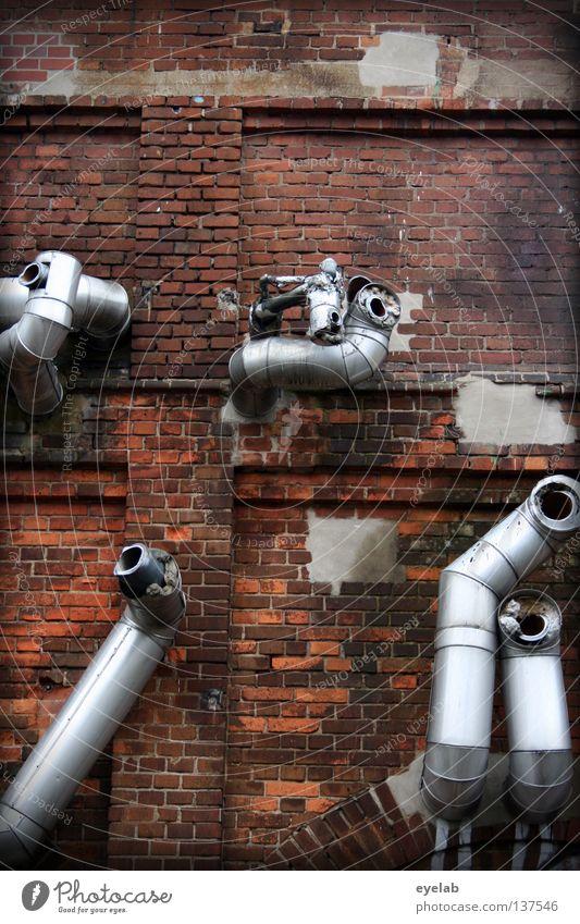 Verlegt beim Rohrverlegen (2. Versuch) Wand Blech Stahl glänzend kaputt oben gebrochen Schrott Backstein Backsteinwand Leitung Ableitung Zuleitung Abluft