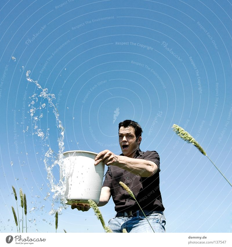 fun in the sun Himmel Mann Wasser Sommer Freude schwarz Gras Wärme lustig Arme stehen Jeanshose Physik heiß Trinkwasser Teile u. Stücke