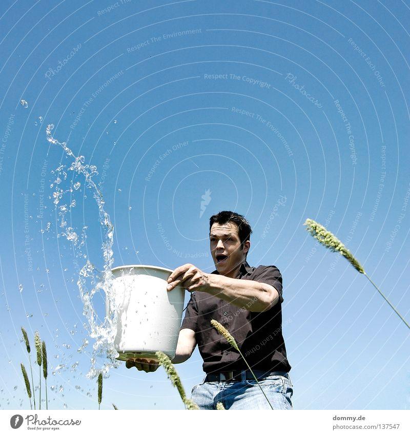 fun in the sun Mann Kerl stehen werfen feucht Flüssigkeit Mineralwasser gefroren Eimer Hemd Hose schwarz Sommer Physik heiß Gras Halm Freude gießen Wasser