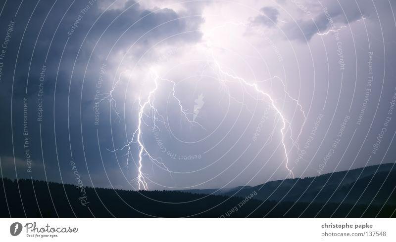 Blitz Nachtaufnahme Berge u. Gebirge Natur Landschaft Himmel Klimawandel Wetter Unwetter Gewitter Blitze Wald dunkel Endzeitstimmung bedrohlich Idee Donnern
