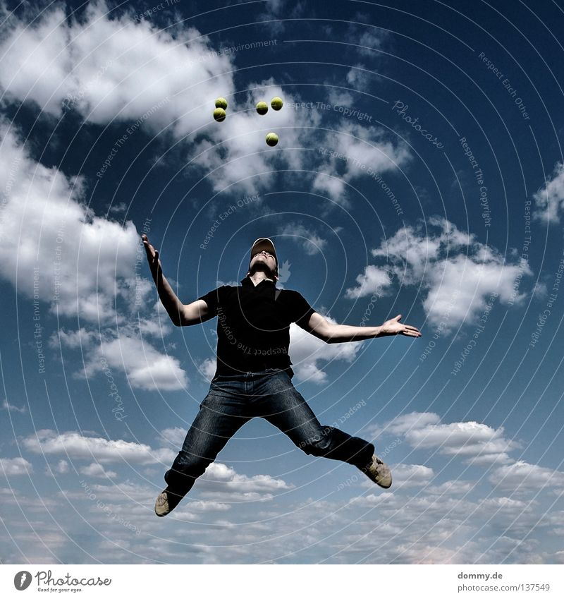 big boys play Mann weiß Sommer Freude Wolken Spielen Bewegung Wärme springen Feste & Feiern Schuhe Arme Haut fliegen Luftverkehr T-Shirt
