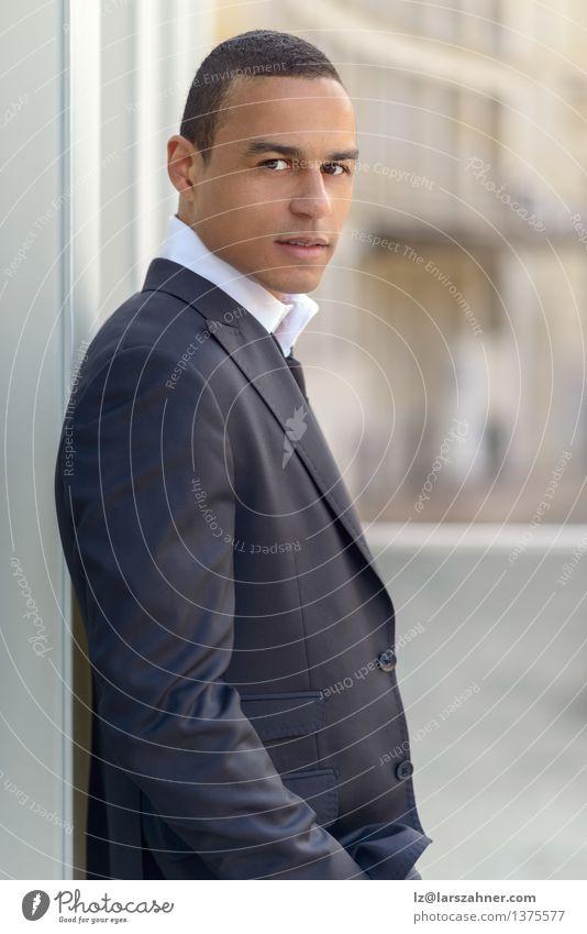 Attraktiver lächelnder Geschäftsmann Mann Sommer Gesicht Erwachsene Stil lachen Glück Lifestyle Business Textfreiraum sitzen Lächeln Zähne Hemd Anzug