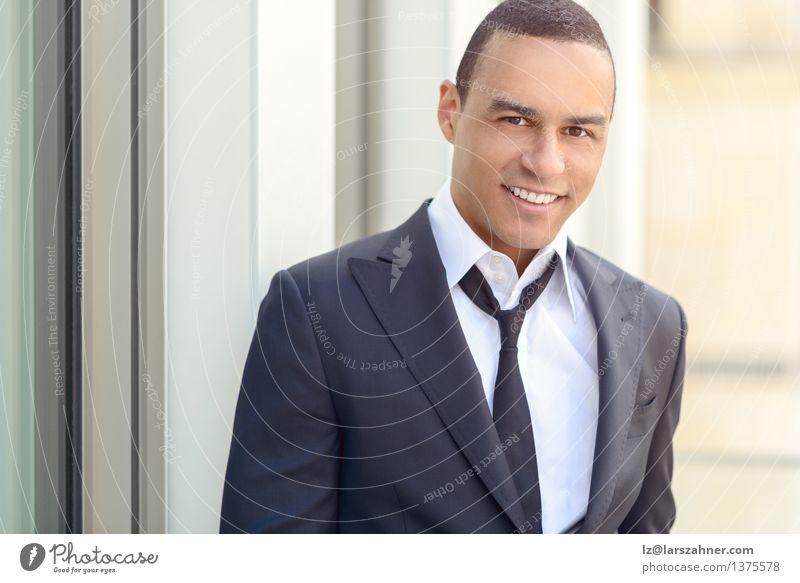 Attraktiver lächelnder Geschäftsmann mit einer gelösten Bindung Lifestyle Stil Glück Gesicht Sommer Business Mann Erwachsene Zähne Hemd Anzug Krawatte Lächeln