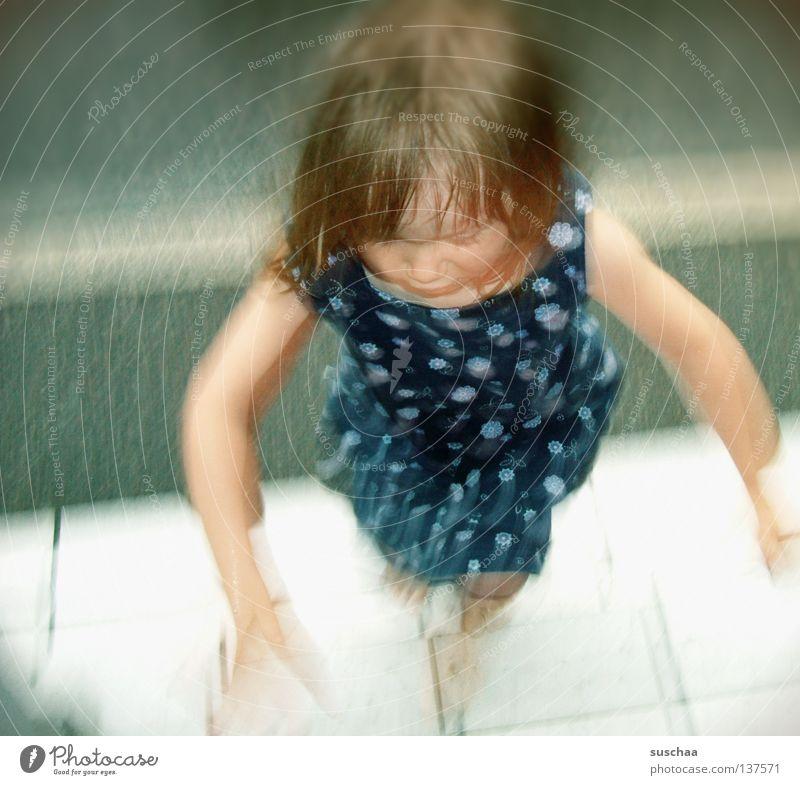 .. jaa, komm ja schon Kind Mädchen Kleid Sommer Blume Hippie Eingang Geschwindigkeit Unschärfe Bewegungsunschärfe püppi treppensteigen Straße Treppe seltsam