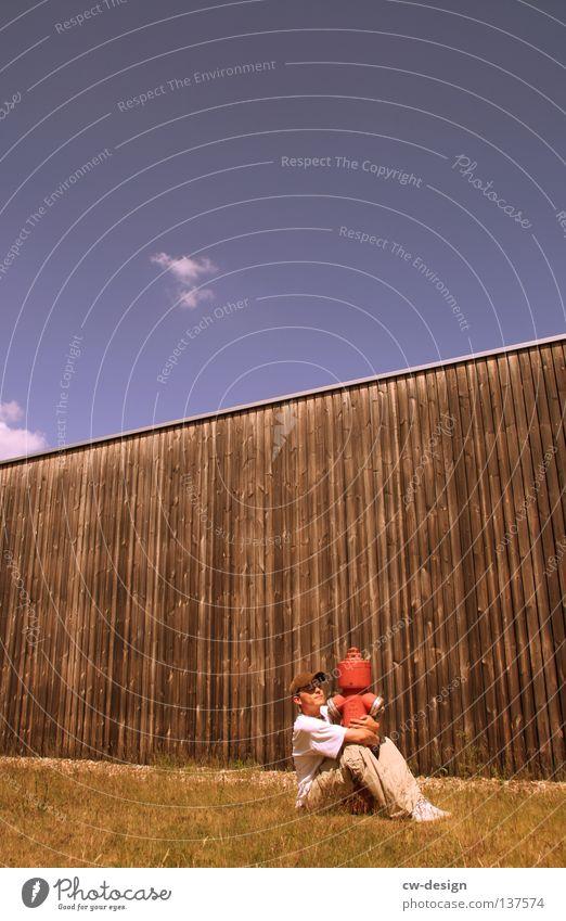 LIEBHABEN Freude Mensch maskulin Mann Erwachsene Jugendliche 1 18-30 Jahre Natur Landschaft Himmel Wolkenloser Himmel Gras Wiese Hydrant Umarmen lustig rot weiß