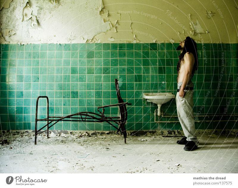 EIN LETZTER BLICK Bett Liege Sofa Gestell streben Eisen gekrümmt geschwungen unvollendet kaputt Pritsche verrotten veraltet dreckig Staub Putz Wand