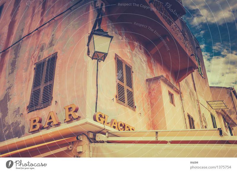 So viel Zeit muss sein Ferien & Urlaub & Reisen Stadt alt Sommer Haus Fenster Reisefotografie Wärme Fassade Schilder & Markierungen Europa retro Kultur