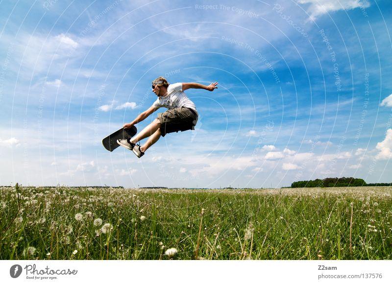 skaten mal anders springen Skateboarding Sportgerät Jugendkultur Aktion Gras grün hell-blau maskulin Himmel Sommer Sonntag Stil Wiese Wolken Physik saftig Kraft