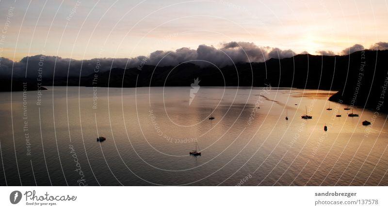 Ganz frueh am Morgen Neuseeland Wolken ruhig Wasserfahrzeug Segelboot Berge u. Gebirge