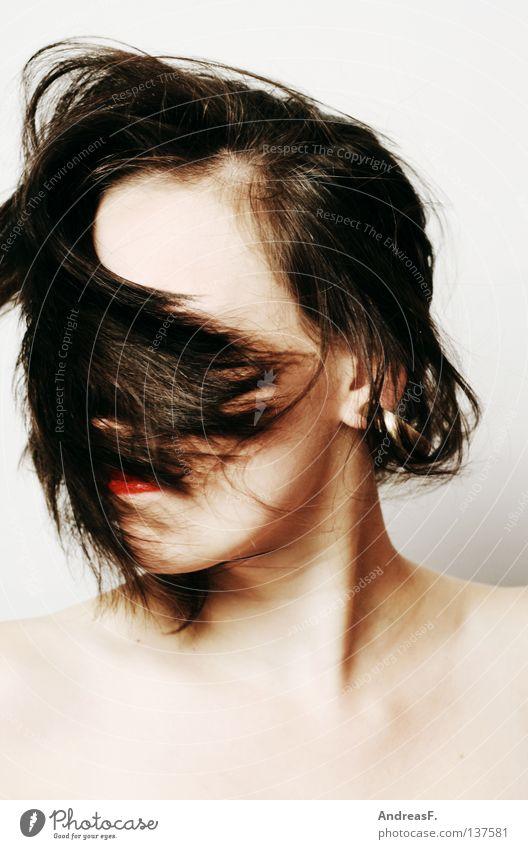 Damenbart Sturm Wind Sturmfrisur Haare & Frisuren Haarschnitt Frau brünett verrückt schütteln verdeckt Porträt Kopfschütteln Stil Ärger Wut gesichtslos Phantom