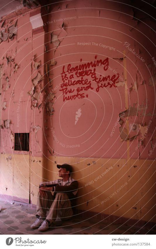 A beginning is a very delicate time. Mensch Mann Jugendliche Einsamkeit ruhig Erwachsene Erholung dunkel Wand Graffiti Mauer Traurigkeit rosa sitzen maskulin trist