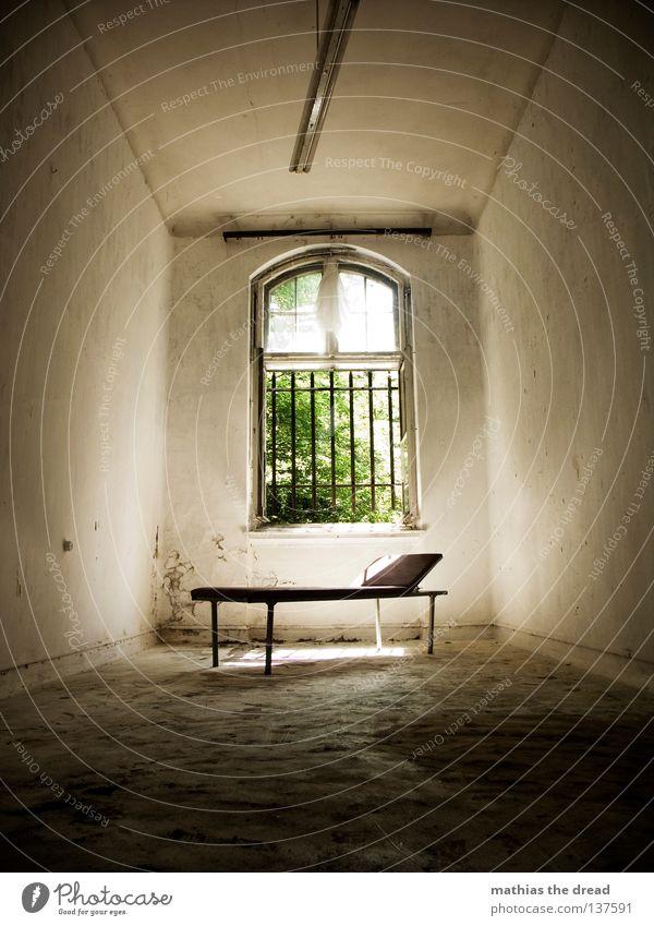 DAS PATIENTENZIMMER alt schön Sonne Einsamkeit ruhig Tod dunkel Fenster Wand Beine Lampe Linie Raum dreckig groß schlafen