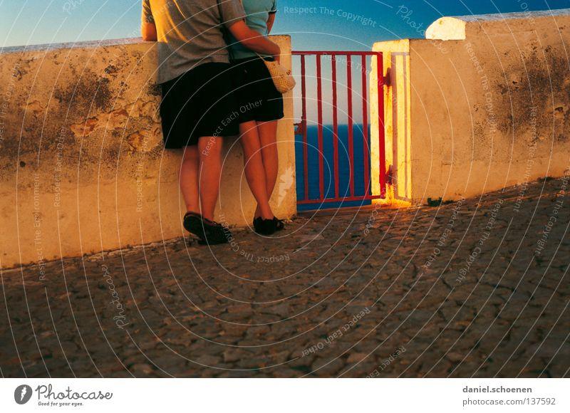 am Meer Paar Freundschaft Licht Sommer Ferien & Urlaub & Reisen Horizont Sonnenuntergang gelb rot Liebe Vertrauen Farbe Beine Umarmen Himmel orange blau Tür
