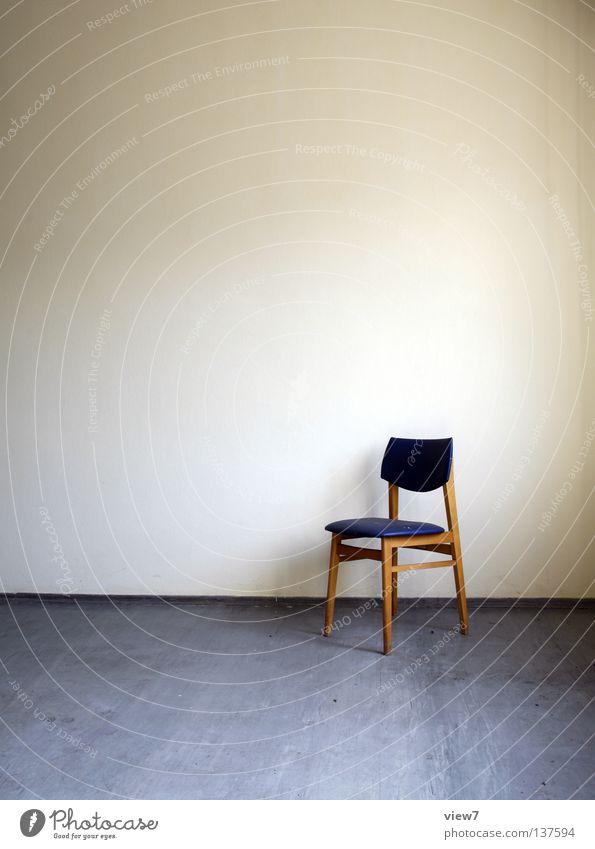 Einsamkeit schön blau Wand Freiheit Holz grau Raum frei leer Platz Stuhl Bodenbelag Innenarchitektur Möbel Wohnzimmer Sitzgelegenheit