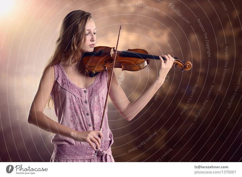 Hübscher junger Violinist, der die Violine spielt Spielen Musik Studium Mädchen Frau Erwachsene Jugendliche Kunst Kultur Konzert Musiker Geige Künstler Schleife