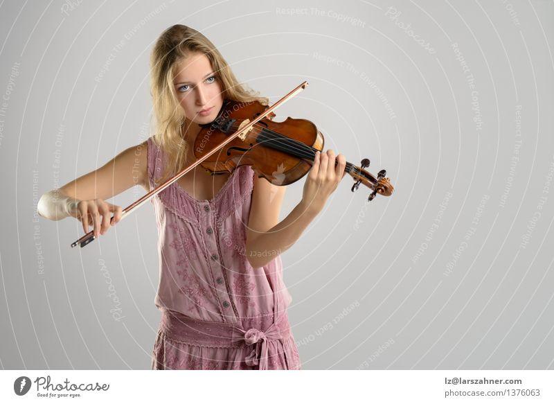 Hübscher junger Violinist, der die Violine spielt Spielen Musik Studium Mädchen Frau Erwachsene Jugendliche Kunst Kultur Konzert Musiker Geige stehen Künstler