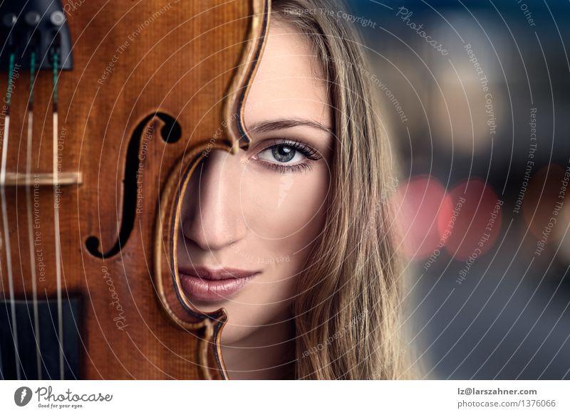Frau blau Gesicht Erwachsene Freizeit & Hobby Textfreiraum Musik blond Lächeln Freundlichkeit Beautyfotografie Beruf Hälfte Musiker verdeckt Geige
