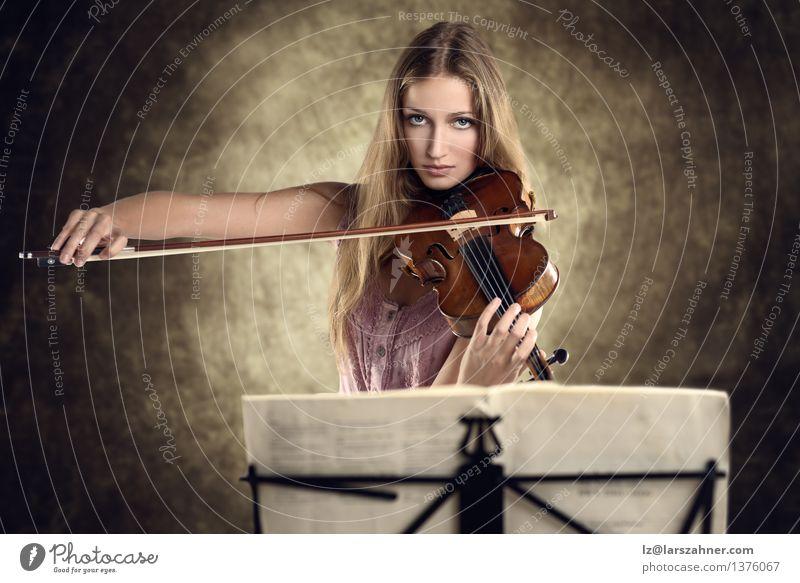 Hübscher junger Violinist, der die Violine spielt Gesicht Spielen Musik Studium Mädchen Frau Erwachsene Jugendliche Kunst Kultur Konzert Musiker Geige stehen