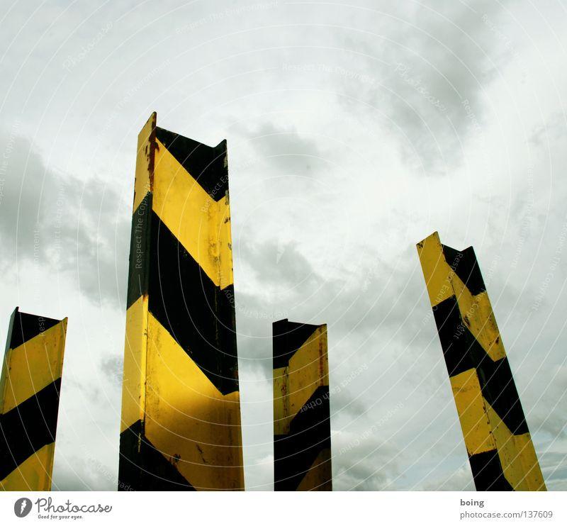 schwarz/gelbe Doppel T-Träger Streifen Sperrzone Sprengstoff Metallbau Sicherheit gefährlich Industrie I-Profil Rammschutz Gefahrenzone Respekt bedrohlich Mine