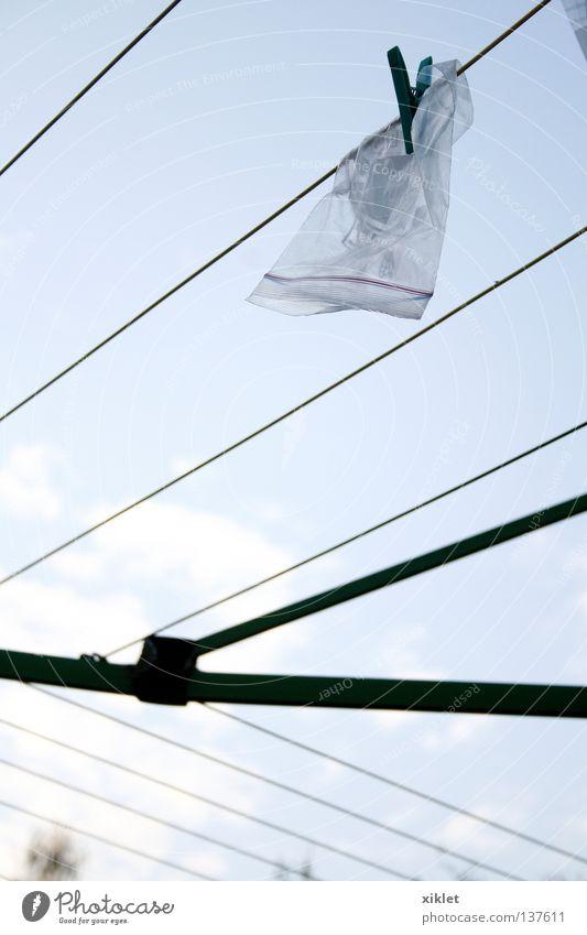 Tasche Sommer weiß schwarz Wolken Himmel Garten blau Linie grau Plastiktüte aufhängen trocknen Wäscheleine Seil Wäscheklammern Menschenleer