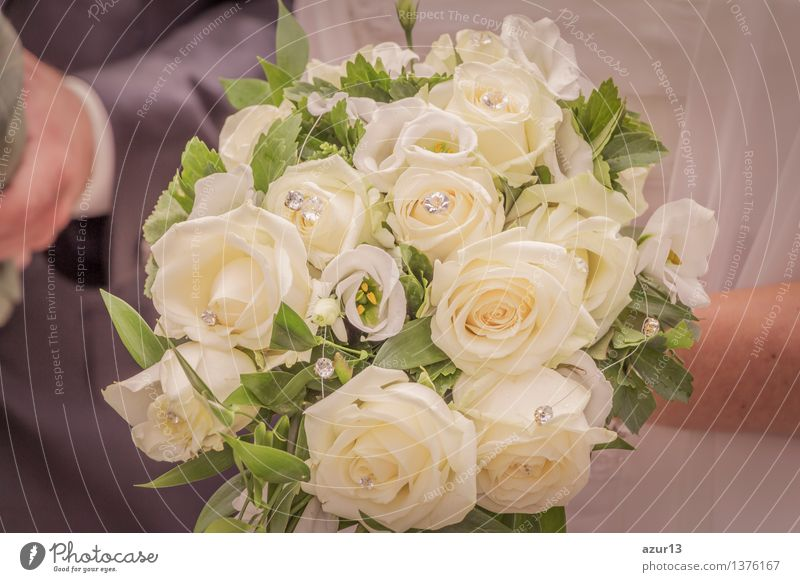 brautstrau der braut mit blumen rosen in wei bei hochzeit von azur13 ein lizenzfreies stock. Black Bedroom Furniture Sets. Home Design Ideas