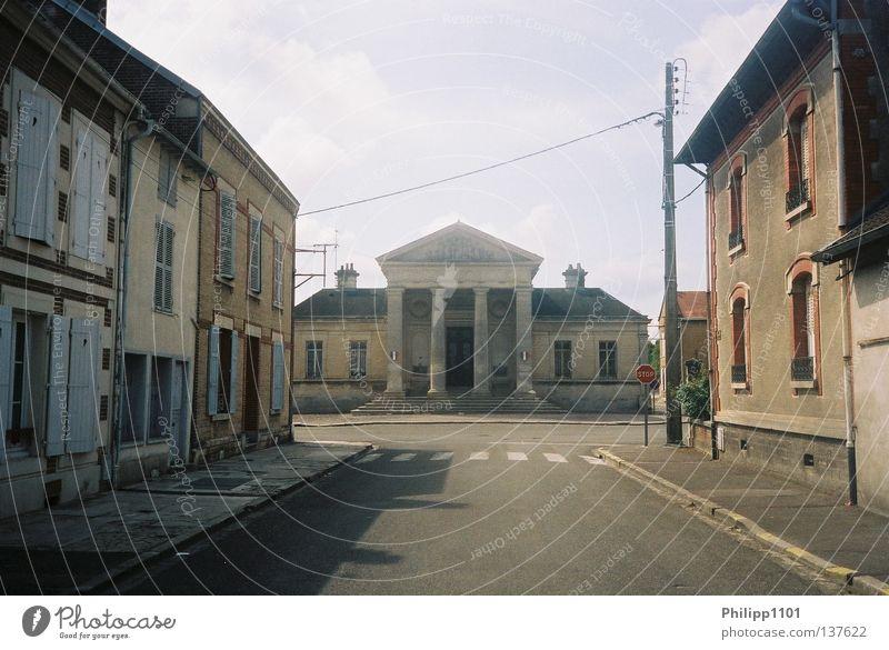 Sense Unique Straße Kunst Kultur Dorf Frankreich historisch Verkehrswege ländlich Einbahnstraße