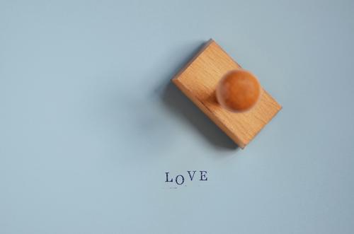 Prüfstempel Büroarbeit Schreibwaren Stempel Zeichen Schriftzeichen blau Gefühle Lebensfreude Frühlingsgefühle Liebe Verliebtheit Treue Romantik Begierde
