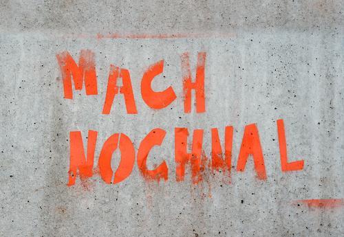 jetzt nicht Wand Mauer grau Fassade Schriftzeichen Beton Zeichen Grafik u. Illustration Wiederholung Ausdauer Motivation üben Betonmauer Betonwand